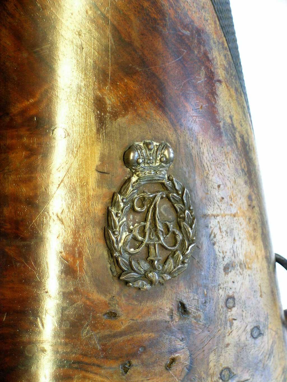 Keisari Aleksanteri II:n hopeinen monogrammi belgialaisen piikkisytytyshaulikon perässä.