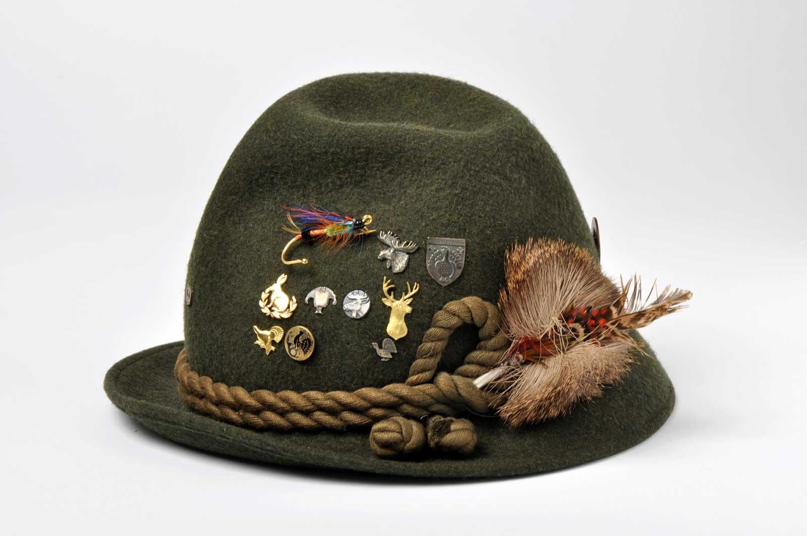 Itävallassa valmistettu perinteinen villahuopainen metsästyshattu merkkeineen.