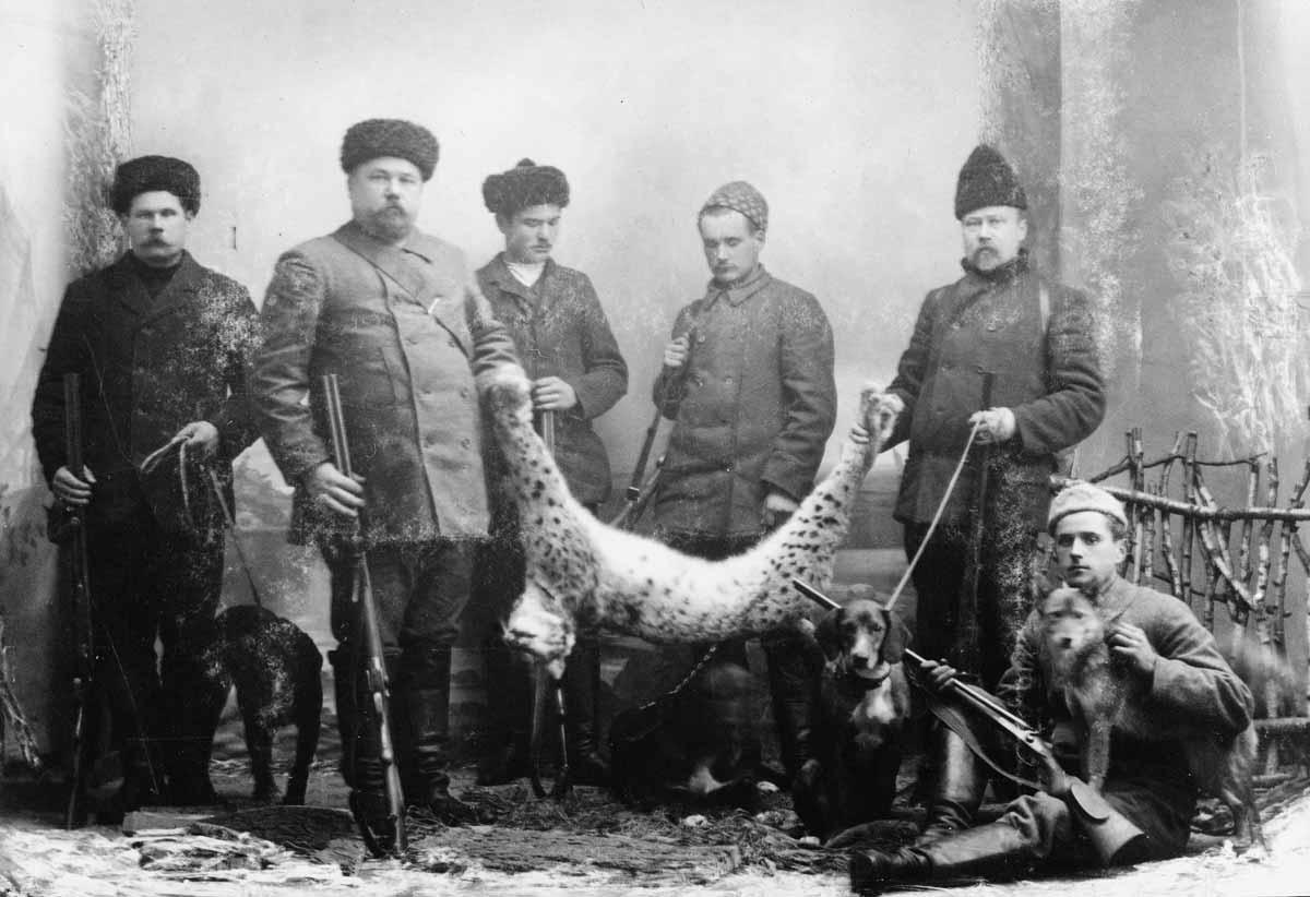 Onnistuneen ilves-jahdin päätös, Halikon Vartsalan Puustellin isäntä seurueineen ateljeekuvassa 1910.