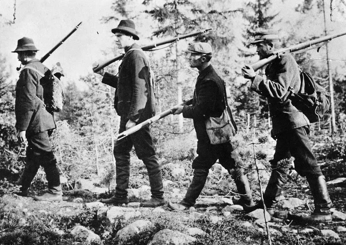 Kälviän miehiä hirvijahdissa Ullavassa syksyllä 1906.