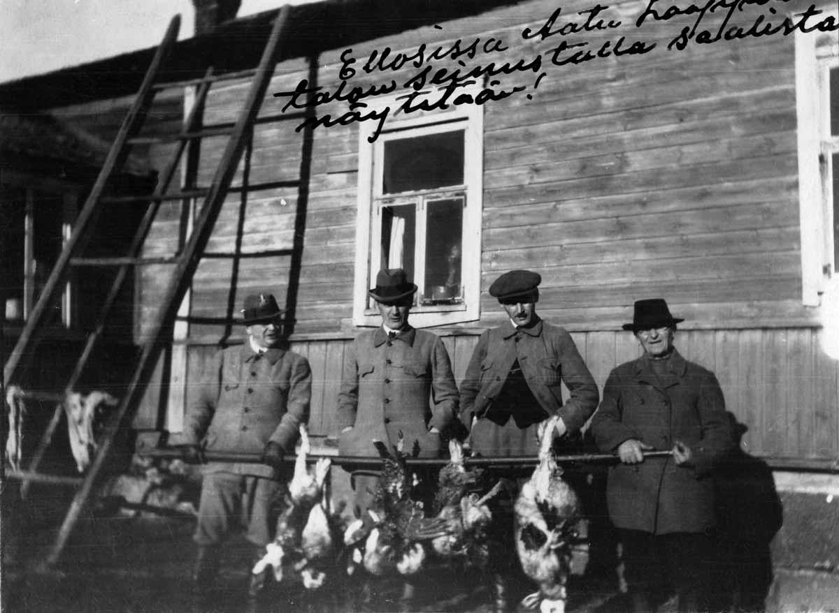 Miehet ovat olleet metsällä ja saaneet jänis- ja kanalintusaalista. Luumäki, Ellonen 1930-luku.