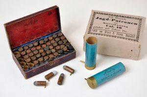 Revolverin ja haulikon piikkinallipatruunoita 1800-luvun jälkipuoliskolta.