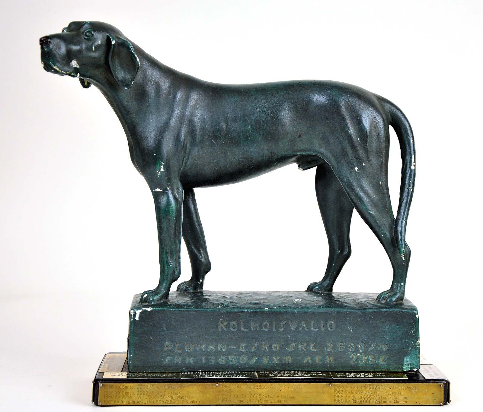 """Ajokoirapatsas """"Kolmoisvalio Peuhan-Esko"""". Kipsiveistoksen on tehnyt A. Ravander-Rauas vuonna 1950."""